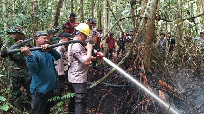 Kapolda Riau Ikut Padamkan Api di Rupat Utara Bengkalis