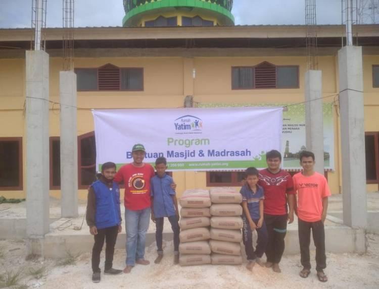 Rumah Yatim Berikan Bantuan Pembangunan Masjid Nurul Huda Tanah Merah Kampar