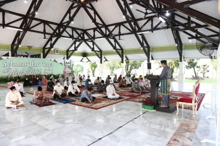 Gubri dan Wagubri Salat Idul Fitri dan Jadi Khatib di Rumah Dinas