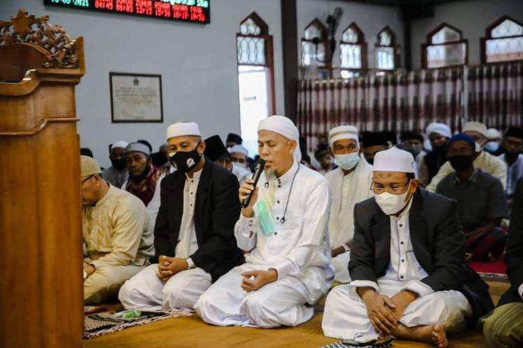 Walikota Dumai Sholat  Idul Fitri di Masjid Habiburrahman