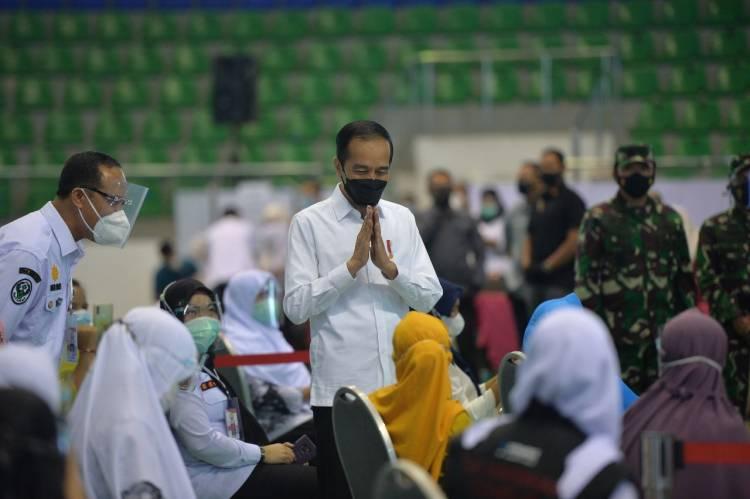 Presiden Jokowi dan Gubri Syamsuar Semangati Warga Riau Menerima Vaksin