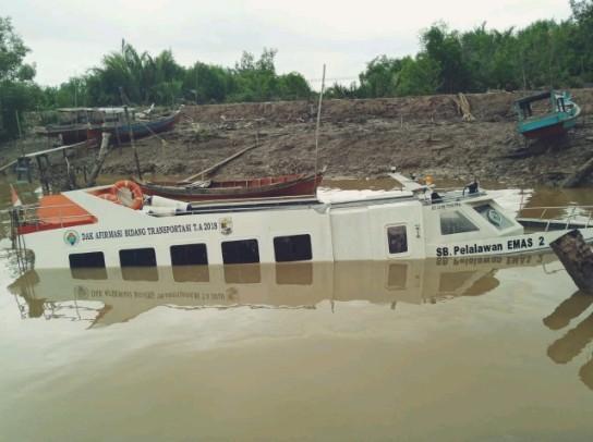 Speed Boat Milik Pemkab Pelalawan Dibiarkan Tenggelam