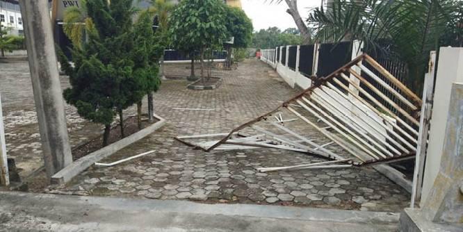 Bermasalah dengan Satpam, Puluhan OTK Rusak Pagar Kantor PWI Riau