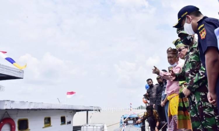 Bupati Inhil Lepas Keberangkatan Perdana Ekspor Kelapa ke Malaysia