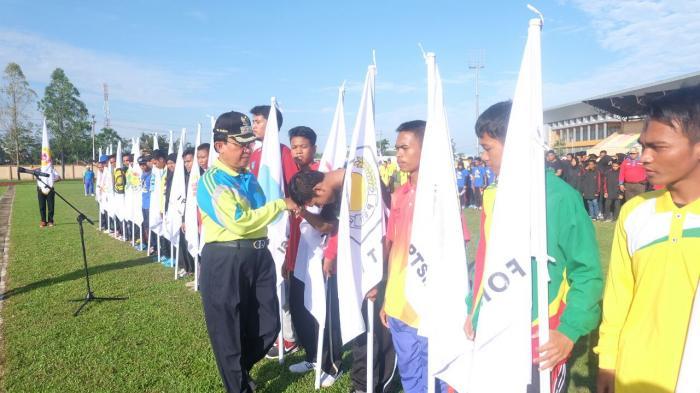 HM Wardan Kukuhkan Atlet Kontingen Inhil Ikuti Porprov Riau Di Kampar