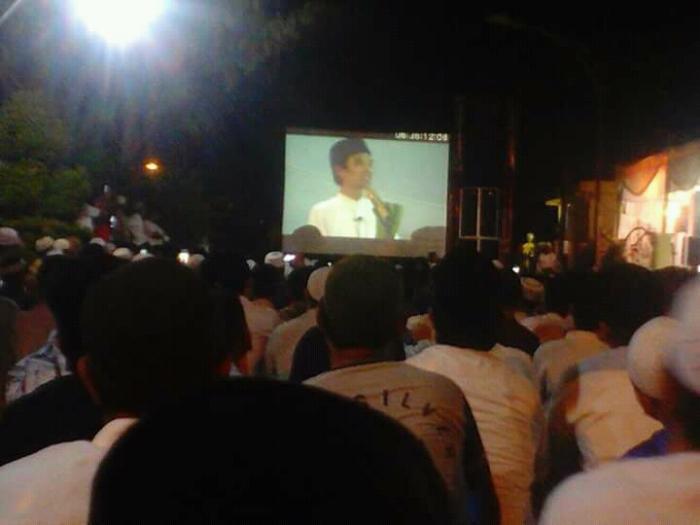 Datangkan Ustad Abdul Somad, Jamaah Padati Kediaman Ketua DPRD Inhil Hingga ke Jalan