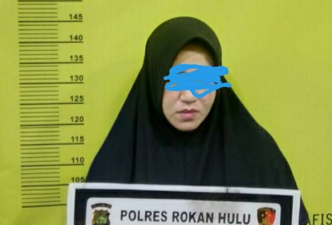 Wanita Cantik di Rohul Diduga Bandar Sabu Diciduk Polisi di Rumahnya