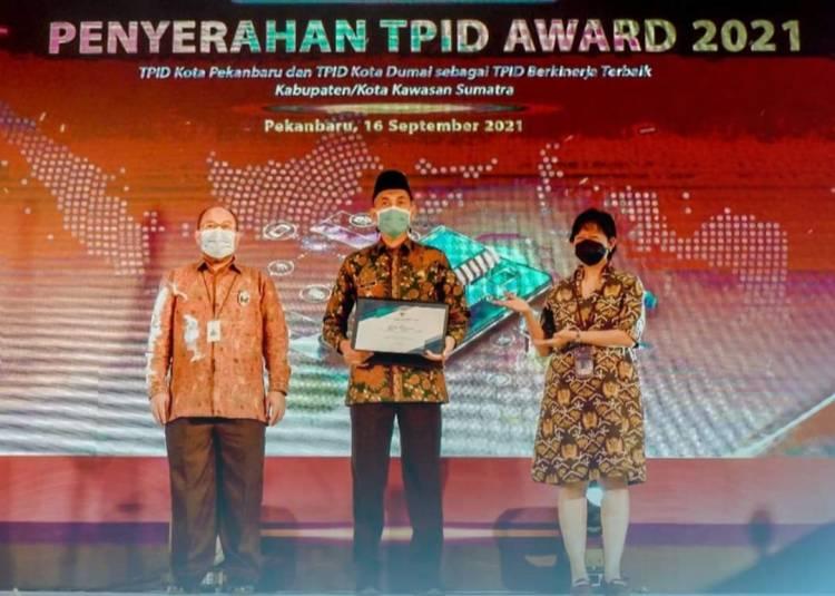 Walikota Dumai Terima Prnghargaan Nominator TPID Terbaik