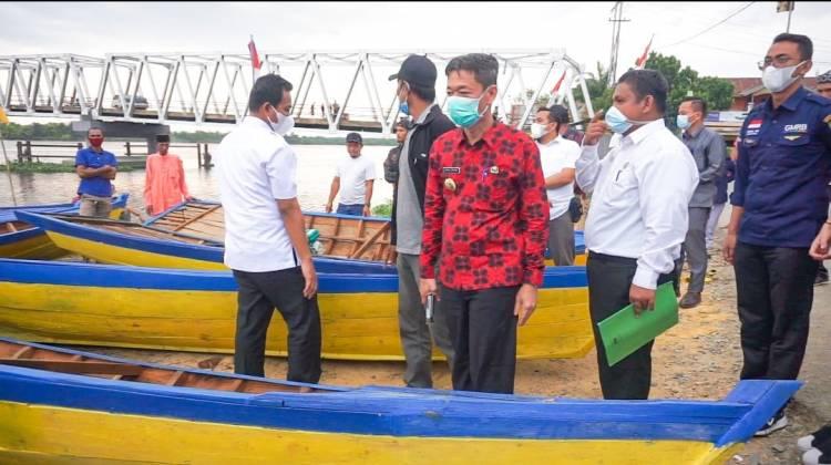 Nelayan Jumrah Terima Bantuan 10 Perahu Mesin dari Bupati Rohil