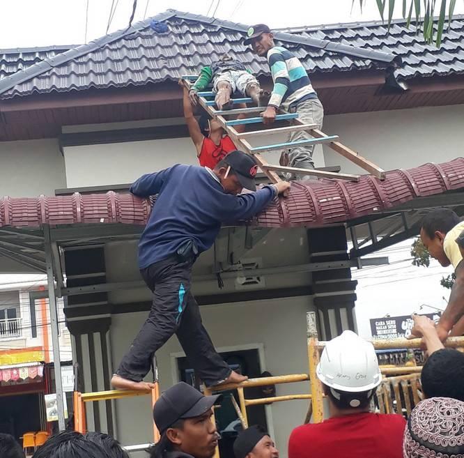 Mengecat Gapura, Pekerja Bangunan di Pekanbaru Kesetrum