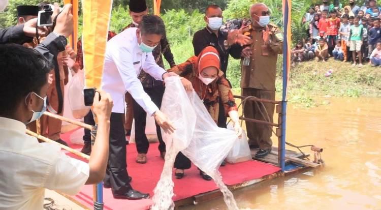 Bupati dan Wakil Bupati Rohil Tabur Ribuan Benih Anak Baung di Sungai Rokan
