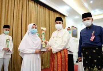 Gubernur Riau Serahkan Hadiah 12 Pemenang Tahfidz Quran