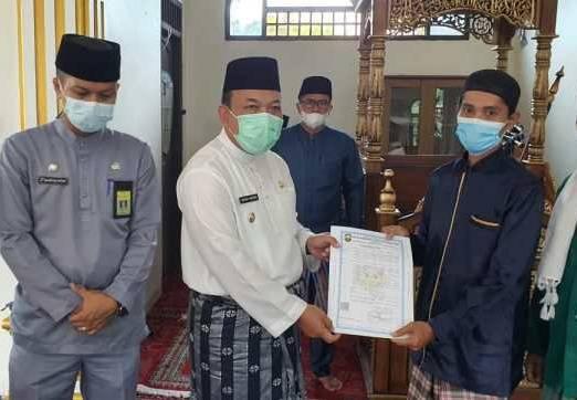 Wabup Siak Serahkan IMB untuk Masjid di Kwalian