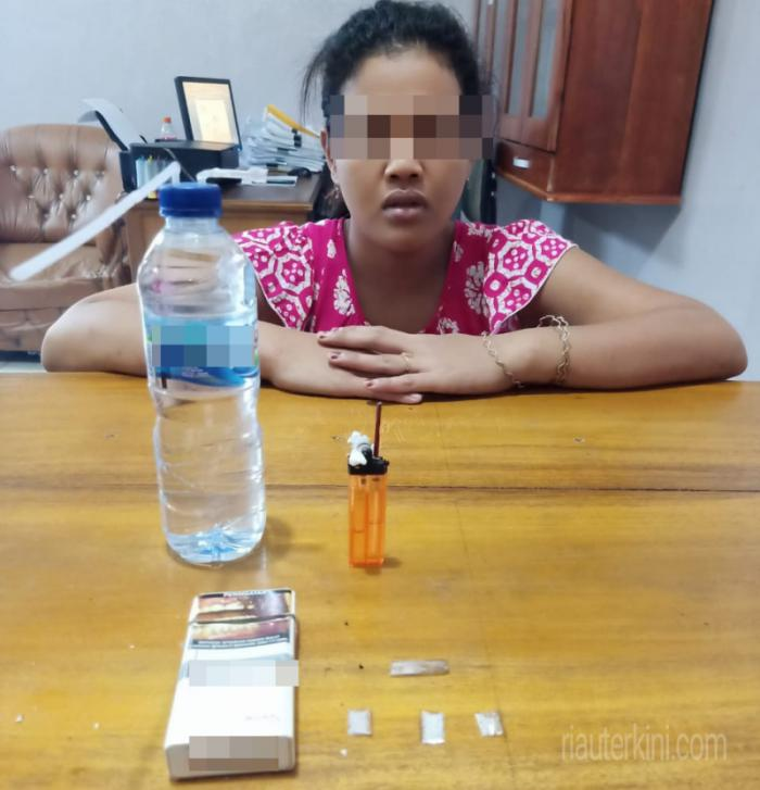 Wanita Muda di Bathin Solapan Diamankan Polisi Miliki Sabu