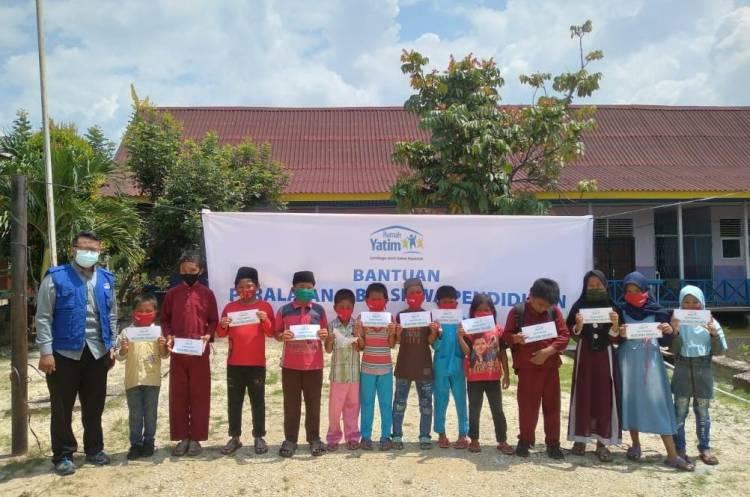 Rumah Yatim Riau Salurkan Bantuan Pendidikan SDN 011 Sering Barat Pelalawan