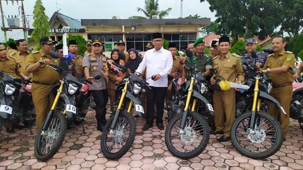 Bupati Suyatno Serahkan 74 Sepeda Motor Antisipasi Karlahut pada Penghulu di Rohil