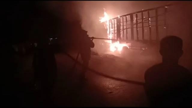 Truck Kayu Terbakar di Jalan Lintas Duri - Dumai